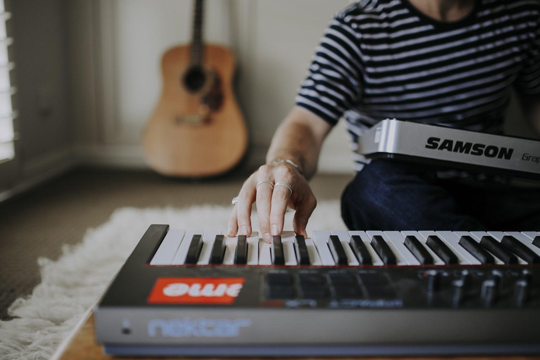 Justin Hunter aka Em Flach playing music